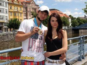 Hokejový gólman Jakub Kovář s přítelkyní Petrou a bronzovou medailí z letošního mistrovství světa