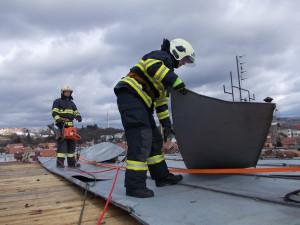 Hasiči zajišťují utrženou střechu, foto: HZS JMK