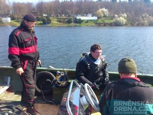 Potápeči na lodi vyhledávají polohu věže, foto: Brněnská Drbna, David Zouhar