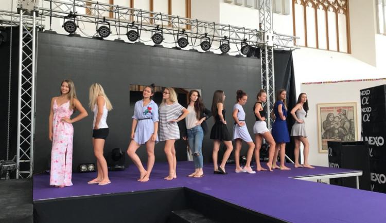 SLEDUJTE ŽIVĚ: Vrcholí finále soutěže krásy Maturantka Roku 2017