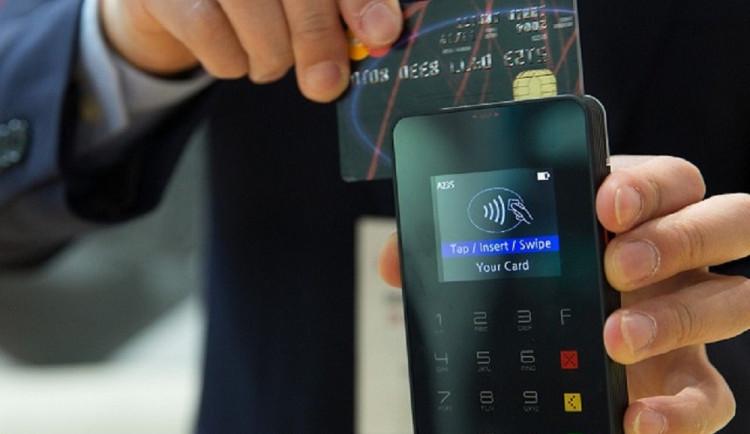 Zákon nově zakazuje prodejcům účtovat si procenta navíc za platbu kartou