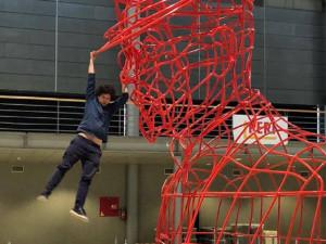 Maxim Vlčovský testuje svou sochu TGM z ocelových trubek