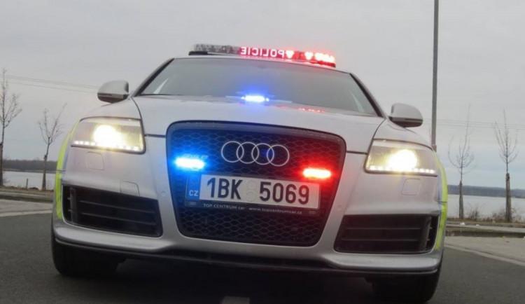 Tmavé SUV na Brněnsku nečekaně předjíždělo a vytlačilo motorkáře ze silnice, policisté hledají svědky