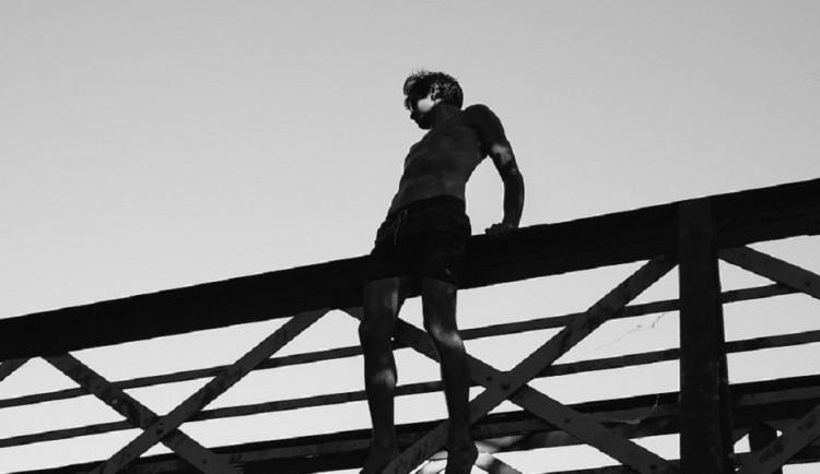 Dva mladí muži vyhrožovali na Brněnsku skokem z mostu. Jednoho přemluvil vyjednavač, druhého strhli policisté