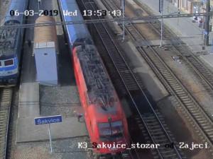 Žena zázrakem přežila střet s vlakem