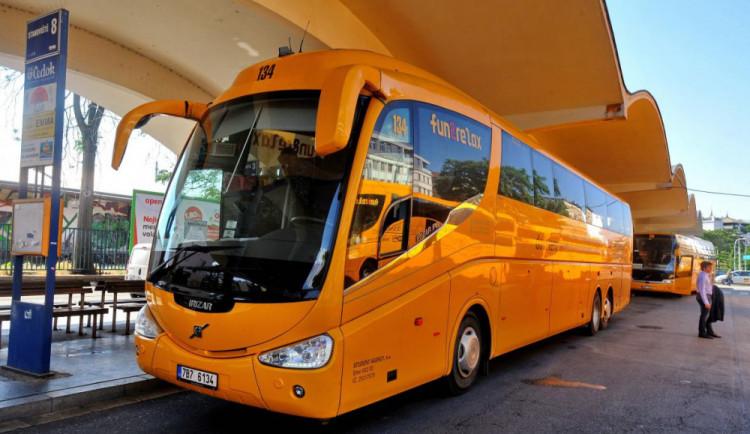 Autobusové linky RegioJet budou na některých linkách bez stevardů, práci nechce nikdo dělat