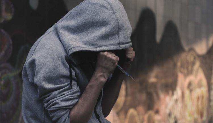 Vláda škrtá dotace na péči a léčbu drogově závislých. Hrozí nárůst kriminality i nemocných virem HIV