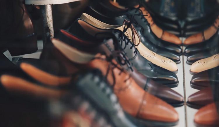 Ukradené boty je zanesou do vězení. Dvojice zlodějů brala obuv před vchody do bytů