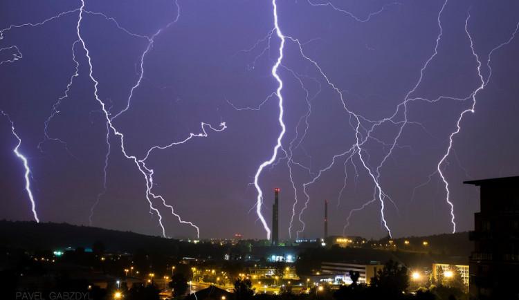 Jižní Moravu mohou dnes večer a v noci zasáhnout bouřky