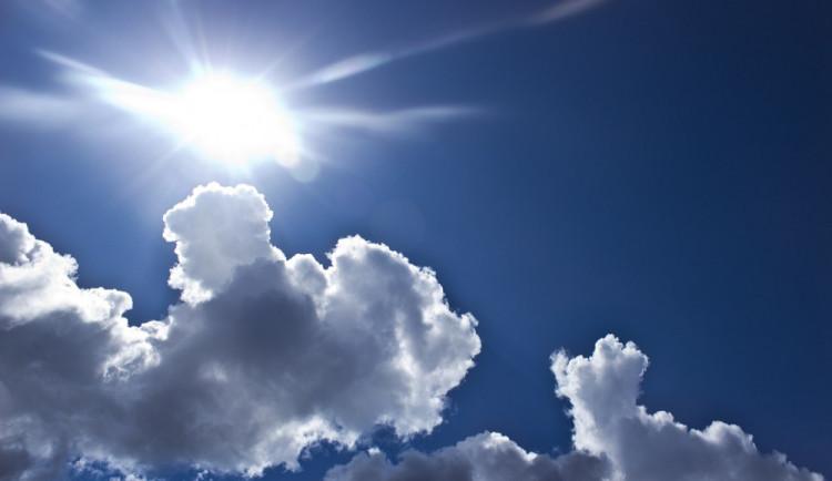 POČASÍ NA ČTVRTEK: Teploty okolo třicítky a večer možnost bouřky