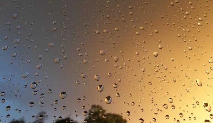 POČASÍ NA NEDĚLI: Přes den očekávejme déšť, odpoledne se vyjasní