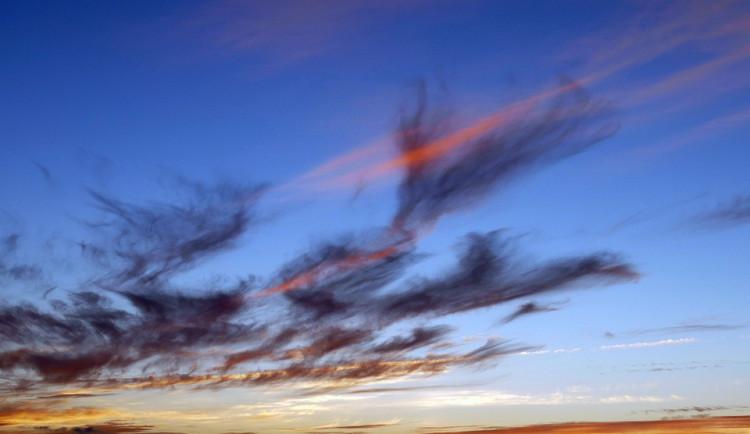 POČASÍ NA PONDĚLÍ: Azurové nebe a teploty ke třicítce