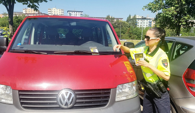 Strážníci varují: nenechávejte děti ani zvířata v zavřeném autě. Každou minutu může jít o život