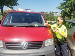 Strážníci dávají za stěrače varovné letáčky