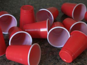 Od příštího roku bude  jednorázové plastové nádobí zakázáno