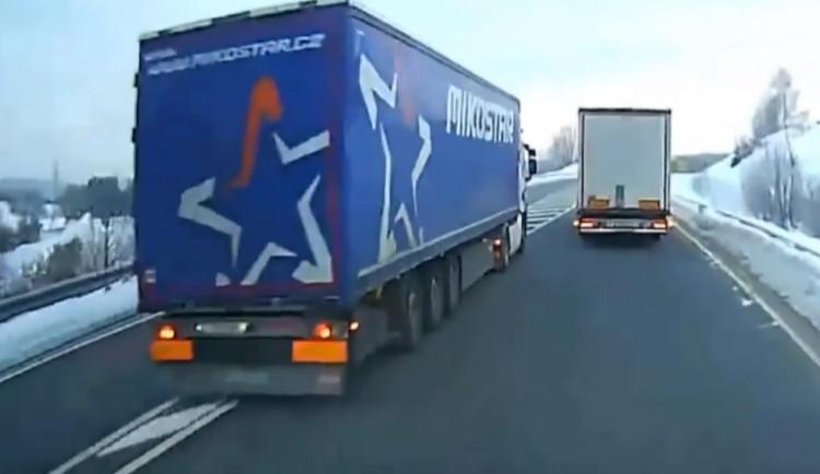 VIDEO: Česko vydalo do Německa řidiče kamionu, který nebezpečně předjížděl. Je obviněn z pokusu o vraždu