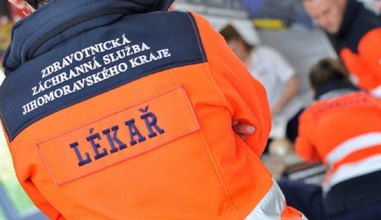 Při dopravní nehodě na Brněnsku dnes zemřela žena, dva dospělí a tři děti skončili v nemocnici