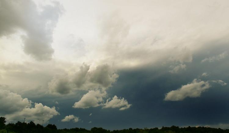 POČASÍ NA SOBOTU: Sobota bude oblačná, přes den bude dvaadvacet stupňů a objeví se bouřky. Večer srážek ubyde