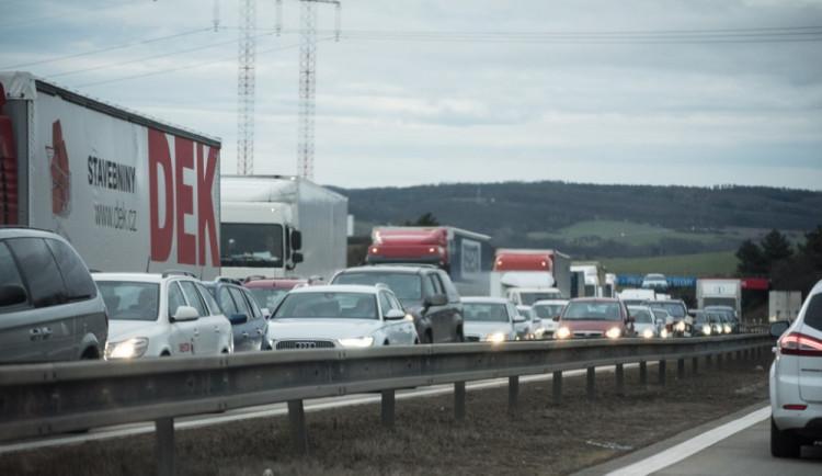 D1 směr Praha byla uzavřená kvůli nehodě kamionu, bez zranění