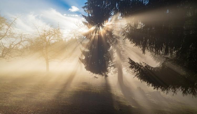 POČASÍ NA PONDĚLÍ: V pondělí bude zataženo, místy se objeví i mlha. K večeru oblačnosti ubude