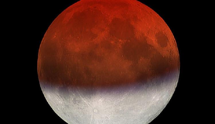 Dnes uvidíme částečné zatmění Měsíce, na obloze se objeví i Jupiter a Saturn