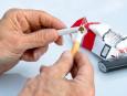 Opilý brněnský senior přetáhl souseda berlí přes záda kvůli cigaretám, přestože muž nekouří