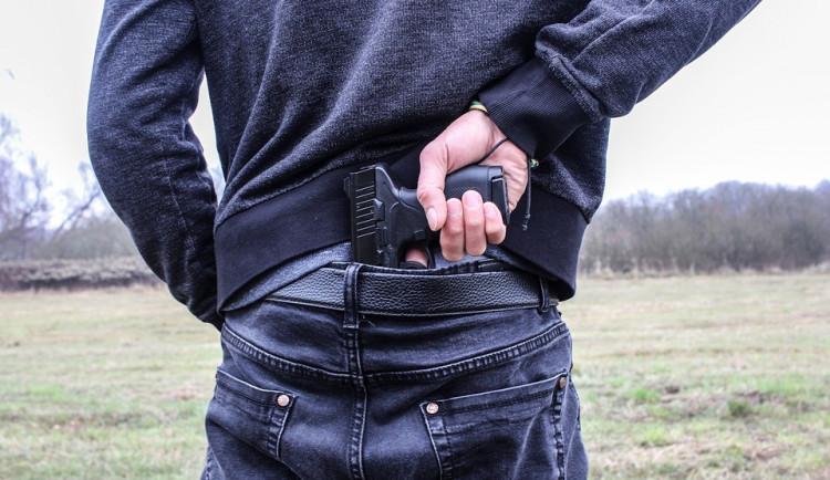 Opilý muž si šel s kamarádem hrát na hřiště s pistolí. Zabavili mu ji policisté