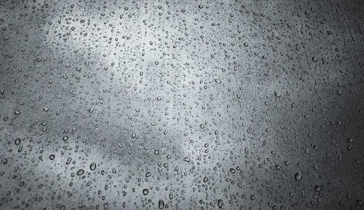 POČASÍ NA NEDĚLI: Celý den bude pršet, slunce vykoukne zpoza mraků jen ojediněle