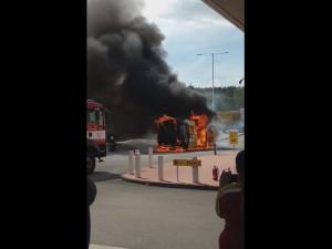 Snímek za záběru hořící dodávky na benzinové pumpě u Brna