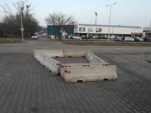 Betonové bloky se u Hokejové haly mládeže objevily letos v zimě