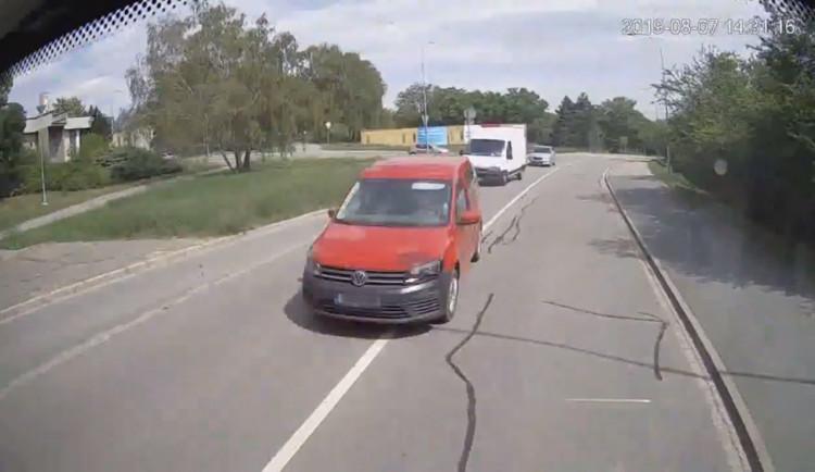 VIDEO: V hlavní roli nepozornost. Policisté zveřejnili záběry srážky auta s autobusem v Brně