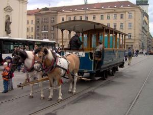 1000x1000-1376643719-historicka-tramvaj-tazena-koni-foto-wikipediaorg