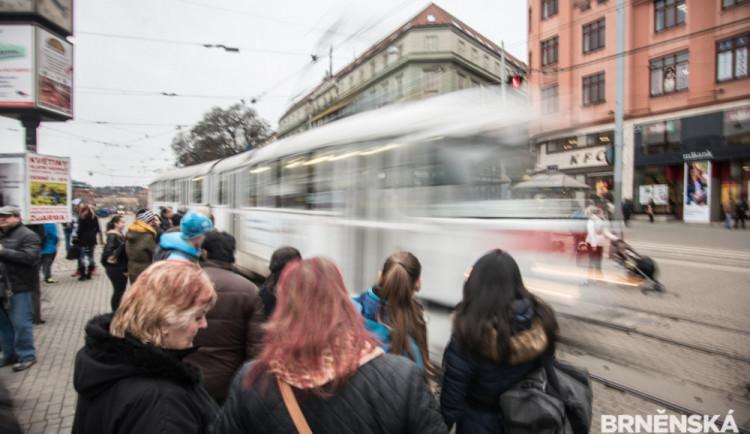 Šalina v Brně srazila školáka, zůstal zaklíněný pod koly. Vyprostit ho museli hasiči