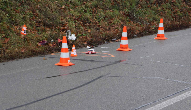 Řidič přejel u Dolních Věstonic neosvětleného muže, který seděl na silnici. Na místě zemřel