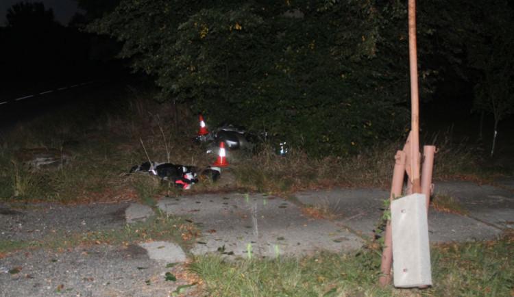 Mladý motorkář nezvládl řízení a narazil do stromu, zranil sebe i spolujezdkyni