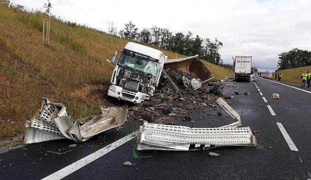 FOTO: Tragický začátek týdne. Na Znojemsku se srazily dva kamiony, jeden řidič na místě zemřel
