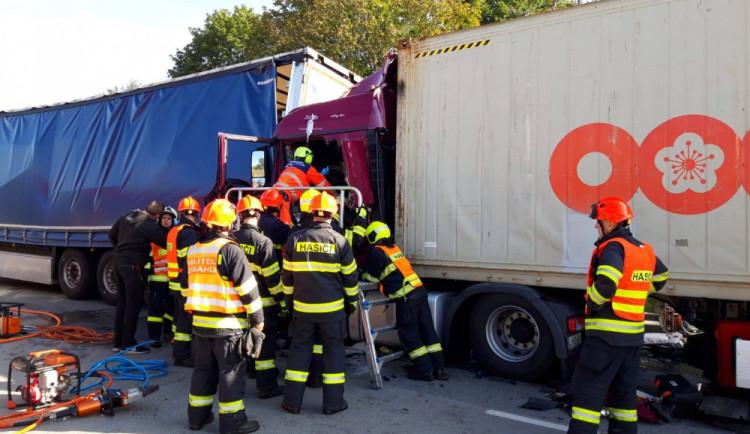 Dálnici D2 dnes zablokovaly dvě nehody kamionů. Dopravu ohrožovali i řidiči, kteří si chtěli nehodu natočit