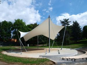 Altán stojí v parku u Anthroposu