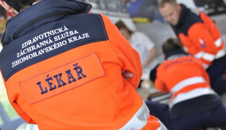 U Pohořelic se při nárazu auta do betonu zranili čtyři lidé