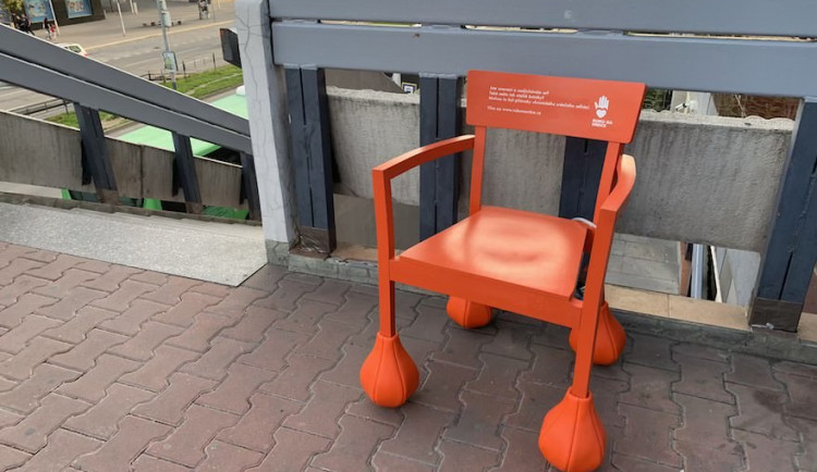 V centru Brna stojí židle s oteklými kotníky, upozorňují tím na srdeční onemocnění
