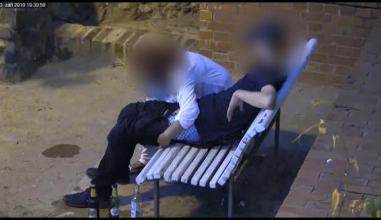 VIDEO: Romantika pod Petrovem skončila fiaskem. Místo uspokojení se muž dočkal jen prázdných kapes