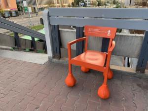 Oranžové židle s boulemi zaplavily centrum Brna.