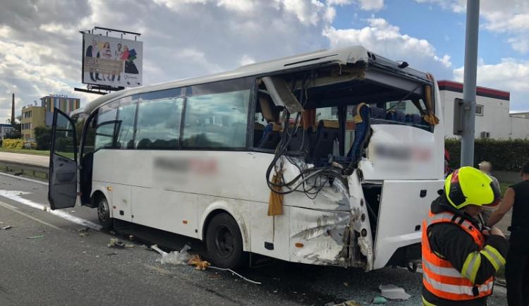 Při srážce autobusu s kamiónem zemřela jedna cestující