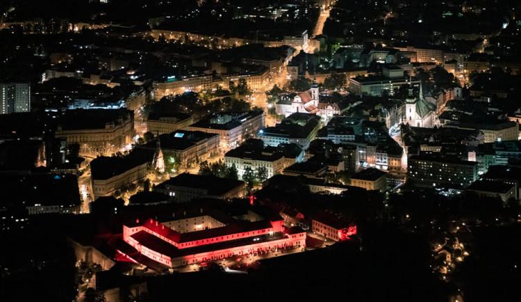 Špilberk se včera zabarvil do červena, studenti VUT tak oslavili 120. výročí školy