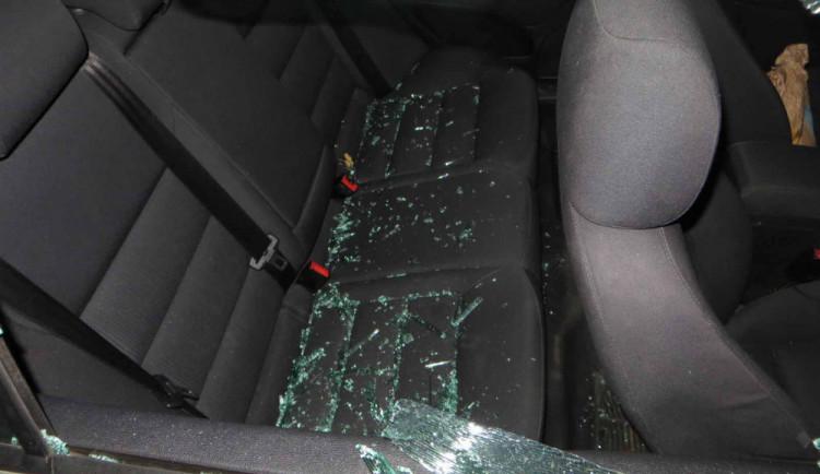 FOTO: Muž žárlil na nového partnera své bývalé přítelkyně. Před jejím domem mu zdemoloval auto