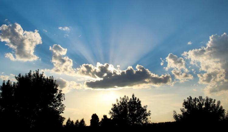 POČASÍ NA ÚTERÝ: Oblačno vynahradí teploty nad dvacet stupňů