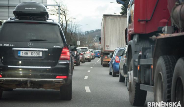 AKTUÁLNĚ: Dálnice D1 je v obou směrech zcela uzavřená. Dopravní tepnu zablokovaly nehody kamionů