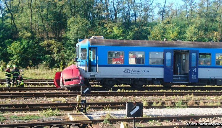 AKTUÁLNĚ: Vlak srazil auto na přejezdu bez závor, dva lidé na místě zemřeli