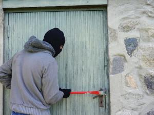 Zloděje zamkl na půdě, ukradli mu příbory