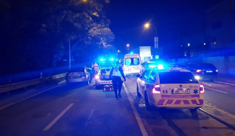 Osobní auto srazilo v Brně ženu na přechodu pro chodce, i přes snahu záchranářů zemřela